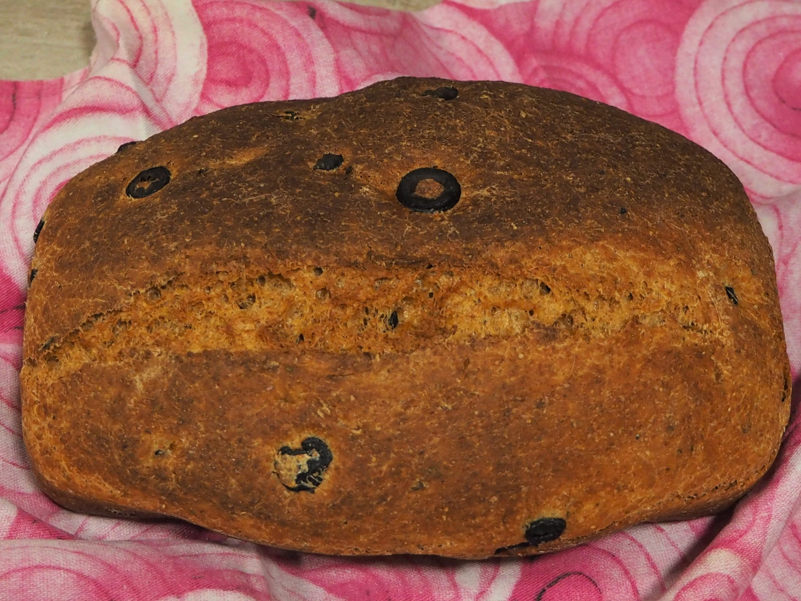 Pan casero con especias y aceitunas negras